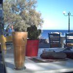 Frappe in einem Cafe in Perissa auf Santorini